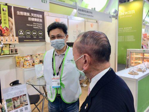 圖3、銀川永續農場賴副總經理向張董事長介紹該公司產品