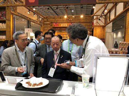 圖5、鈺統食品公司謝創辦人向張董事長介紹該公司新產品-植物肉排堡